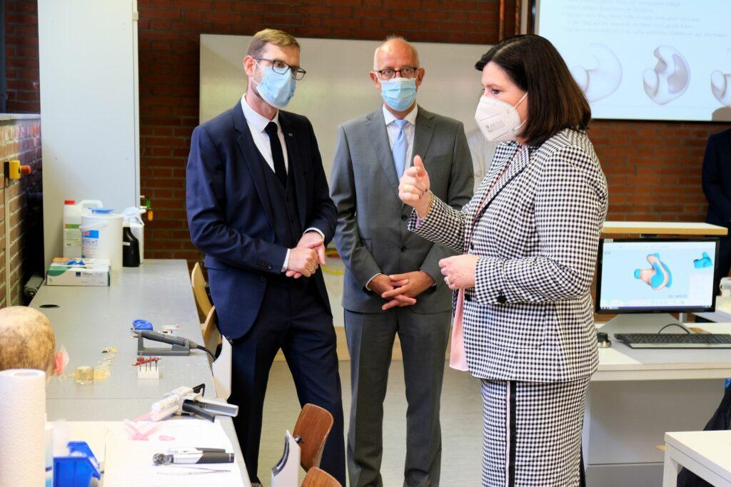 Frau Prof. Dr. Schmidtke informierte sich beim Rundgang durch den Campus Hörakustik über die Ausbildungssituation der Hörakustiker.