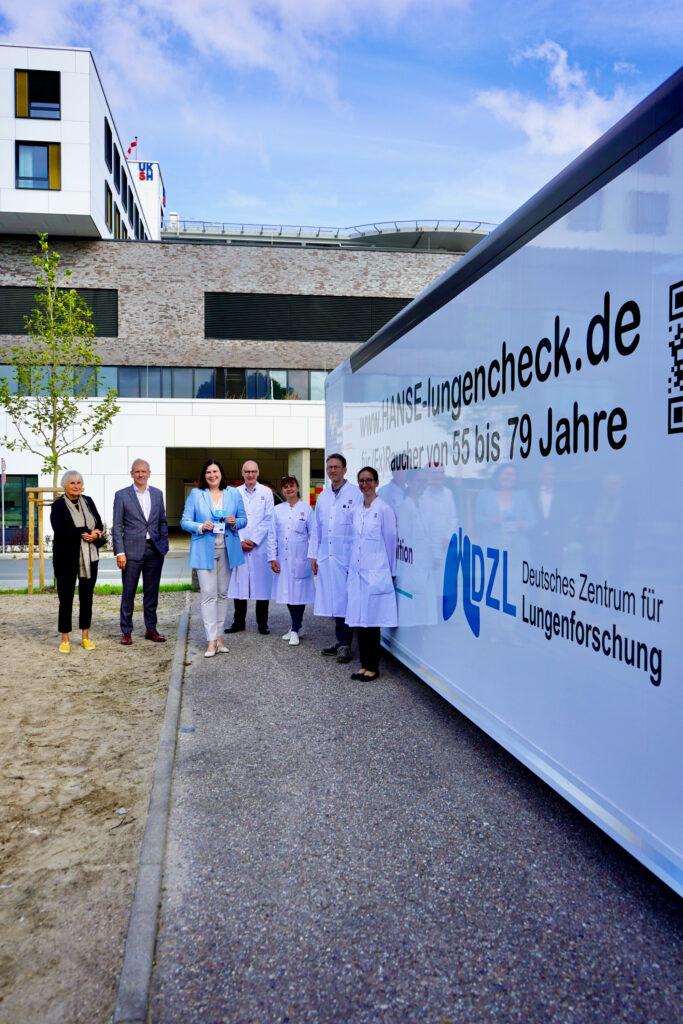 Prof. Dr. Gabriele Gillessen-Kaesbach, Präsidentin der Universität zu Lübeck, Prof. Dr. Jens Scholz, Vorstandsvorsitzender des UKSH, und Prof. Dr. Claudia Schmidtke, Beauftragte der Bundesregierung für die Belange der Patientinnen und Patienten, (vorne, v. l.) besichtigten den modernen Niedrigdosis-Computertomografen, der für den HANSE-Lungen-Check eingesetzt wird. Hinter ihnen: Prof. Dr. Jörg Barkhausen, Direktor der Klinik für Radiologie und Nuklearmedizin, PD Dr. Daniel Drömann, Ärztlicher Leiter der Medizinischen Klinik III (Pulmologie), Dr. Sabine Bohnet, HANSE-Projektleiterin am Campus Lübeck und Leiterin des Lungenkrebszentrums, und Dr. Katharina May, die als verantwortliche Radiologin die CT-Untersuchungen in Lübeck durchführt und auswertet (v. l.).