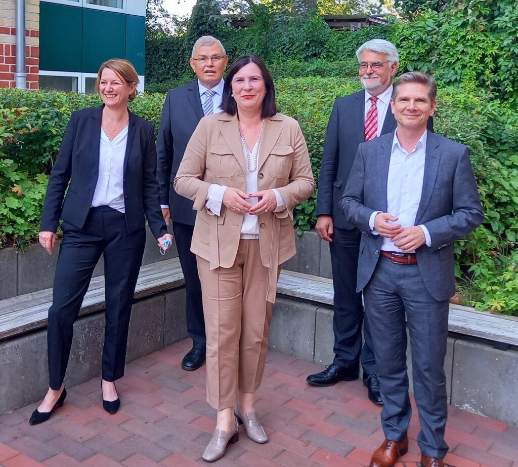 Gruppenbild Festakt mit der Patientenbeauftragten der Bundesregierung Prof. Dr. Claudia Schmidtke und Landes-Sozialminister Dr. Heiner Garg